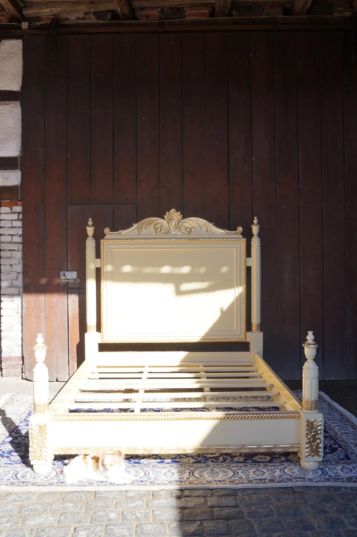 splendid cadre de lit queen size 160x200cm bois massif dor la feuille d or esprit de ch teau. Black Bedroom Furniture Sets. Home Design Ideas